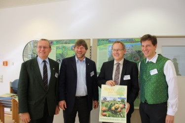 v.l.n.r.: MdL Thomas Reusch-Frey, MdL Dr. Markus Rösler, Regierungspräsident Johannes Schmalzl, Jörg Geiger<br />mit dem neuen Jahreskalendar der Manufaktur Geiger.