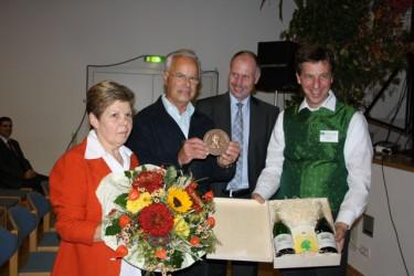 Rudolf Thaler mit der ihm verliehenen Eduard-Lucas-Medaille.